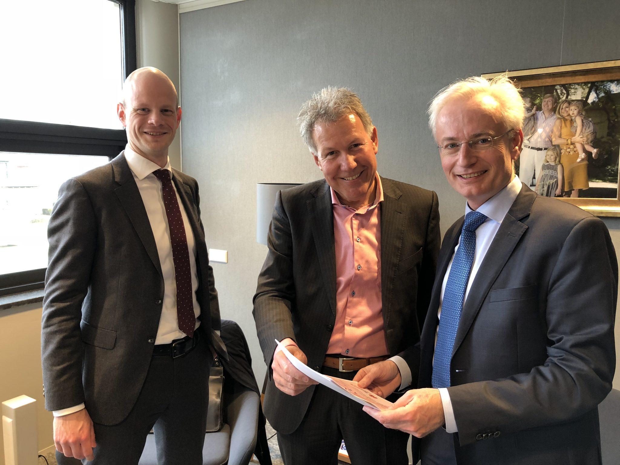 Overhandiging rapportage 'Knelpuntenonderzoek' aan burgemeester Hans Verheijen
